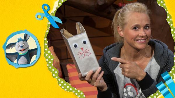 Singa hat ein Geschenk für ihre Freundin wie eine kleine Katze verpackt.  | Rechte: KiKA