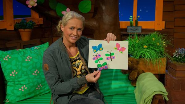 Singa stempelt Schmetterlinge. | Rechte: KiKA/Josefine Liesfeld