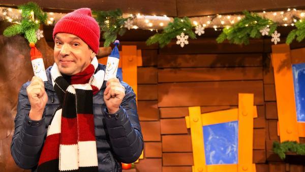 Juri basteln im KiKA Baumhaus einen Schneemann aus einer Papprolle | Rechte: KiKA