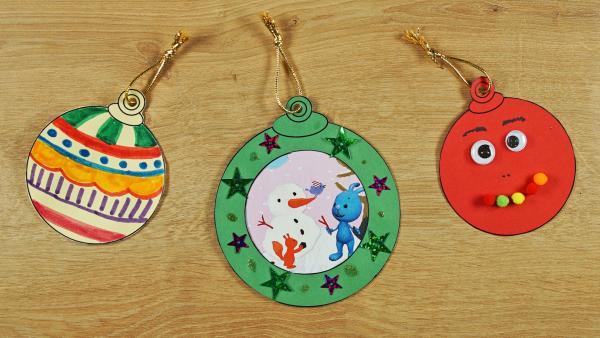 Bunte Weihnachtsbaumkugeln aus Papier oder Pappe  | Rechte: KiKA