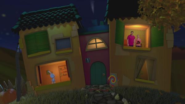 Anni und Christian schauen aus dem oberen Fenster, winken Kikaninchen und wünschen eine gute Nacht. | Rechte: KiKA