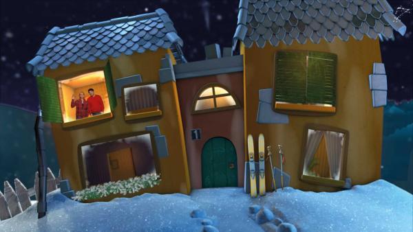 SInga und Juri schauen sich die verschneite Wiese vor dem Gute-Nacht-Haus an. | Rechte: KiKA