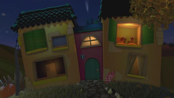 Jan und Henry liegen in ihrem Bett im Gute-Nacht-Haus. | Rechte: KiKA
