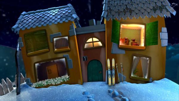 Jan und Henry schauen aus dem Gute-Nacht-Haus. | Rechte: KiKA