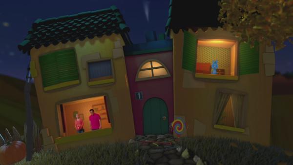 Anni hält einen Fußball in der Hand un schaut gemiensam mit Christian aus dem Fenster des Gute-Nacht-Haus. Kikaninchen schaut aus dem oberen rechten Fenster heraus. | Rechte: KiKA