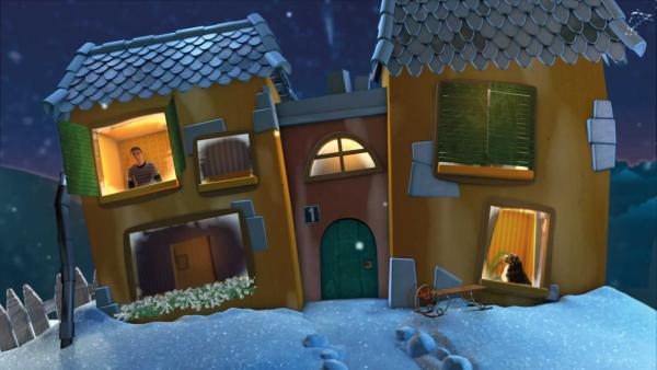 Fritz Fuchs schaut aus dem Fenster des eingeschneiten Gute-Nacht-Hauses. | Rechte: KiKA
