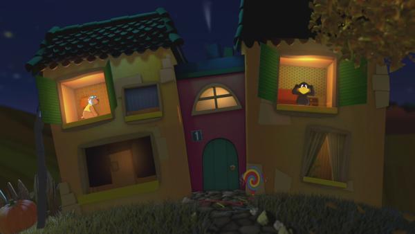 Eddi und Socke schauen aus dem Gute-Nacht-Haus. | Rechte: KiKA