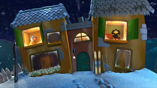 Rabe Socke und Eddi schauen aus dem Gute-Nacht-Haus. | Rechte: KiKA