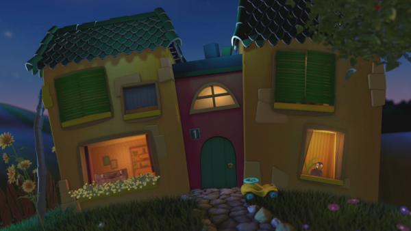 Rudi und der Koffer schauen aus zwei Fenstern aus dem Gute-Nacht-Haus. | Rechte: KiKA