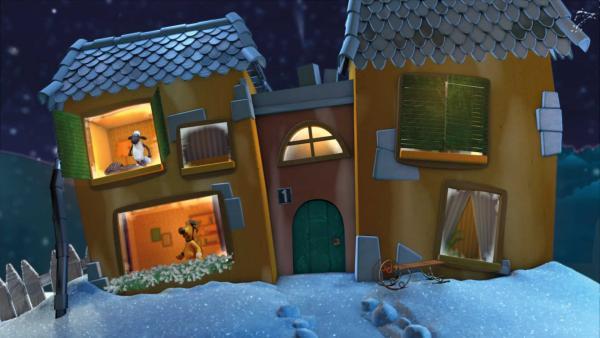 Shaun und Bitzer schauen aus zwei Fenstern aus dem verschneiten Gute-Nacht-Haus. | Rechte: KiKA