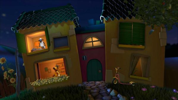 Shaun gähnt im Fenster des Gute-Nacht-Hauses. Bitzer steht mit seinem Klemmbrett an einen anderen Fenster. | Rechte: KiKA
