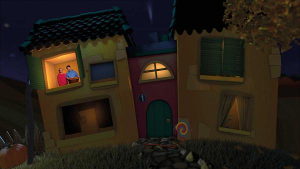 Juri zeigt SInga im Gute-Nacht-Haus seinen gesammelten Korb voller Kastanien. | Rechte: KiKA