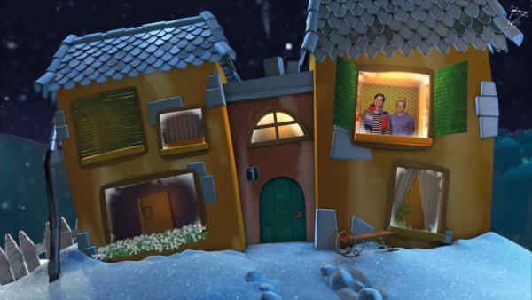 Singa und Juri mit Mütze und Schal planen im Gute-Nacht-Haus den nächsten Tag im Schnee. | Rechte: KiKA
