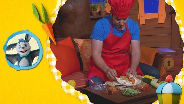 Juri bereitet einen Gemüsewickel für das Picknick zu.  | Rechte: KiKA