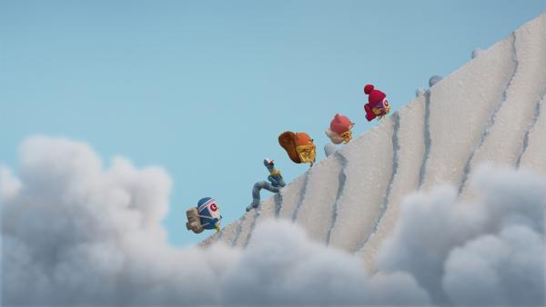 Beccas Bande besteigt mit Papsie auf einer Bergtour den Spitzen Gipfel. | Rechte: NDR/JAM Media