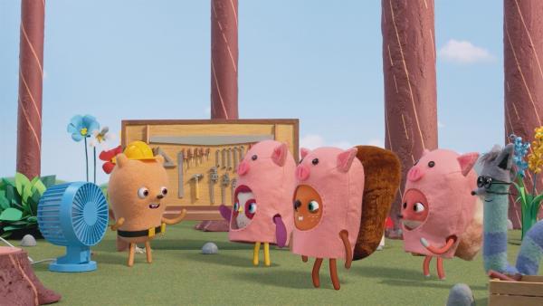 Für die große Parade baut Beccas Bande mit Billys Hilfe einen Umzugswagen. Ihr Motto: die Geschichte von den drei kleinen Schweinchen. | Rechte: NDR/JAM Media