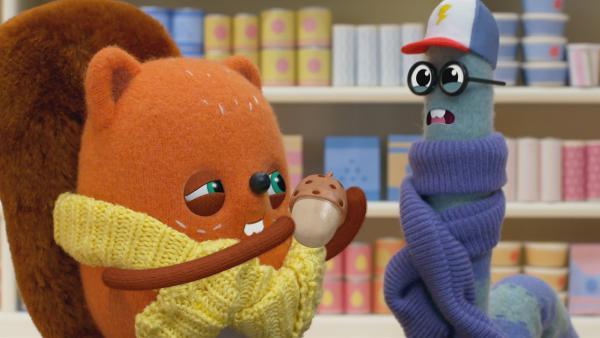 Proviant bei Schneesturm-Warnung: Emil und Pedro finden nur eine einzige Eichel. | Rechte: NDR/JAM Media
