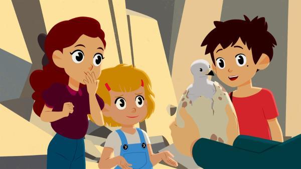 Adèle (links), Lynette (zweite von links) und Sebastian (rechts)staunen. Das Adlerküken schlüpft in Amadeus Armen. | Rechte: ZDF/Gaumont Animation/PP Animation III Inc.