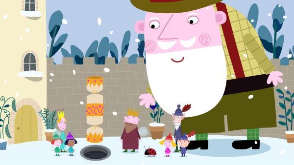 Der Weihnachtsmann überzeugt sich in getarnter Kleidung auch bei König Aurikel, dass alles glatt läuft bei den Weihnachtsvorbereitungen. | Rechte: ZDF/Astley Baker Davies Ltd/Rubber Duck Entertainment