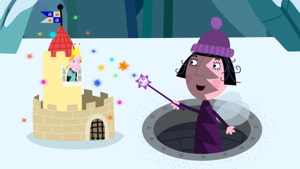 Nanny Plum schrumpft vorsichtshalber das Schloss, damit es nicht entdeckt wird. Dummerweise schrumpft sie aber auch Königin Aurikel mit. | Rechte: ZDF/Astley Baker Davies Ltd/Rubber Duck Entertainment