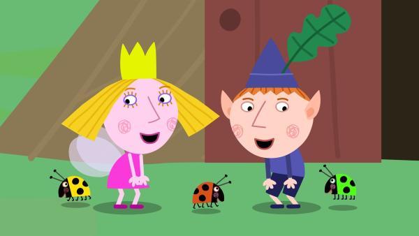 Ben und Holly sind ganz vernarrt in die drei kleinen Marienkäfer-Babys. | Rechte: ZDF/Astley Baker Davies Ltd/Rubber Duck Entertainment
