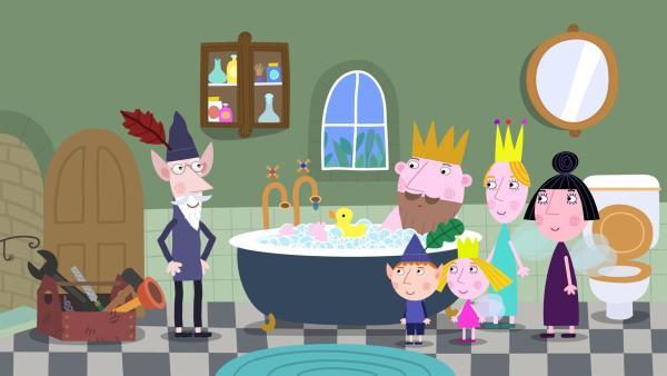 Als König Aurikel ein heißes Bad nehmen will, wird er vom tropfenden Wasserhahn gestört. Der alte weise Elf eilt sofort zur Hilfe. | Rechte: ZDF/Astley Baker Davies Ltd/Rubber Duck Entertainment