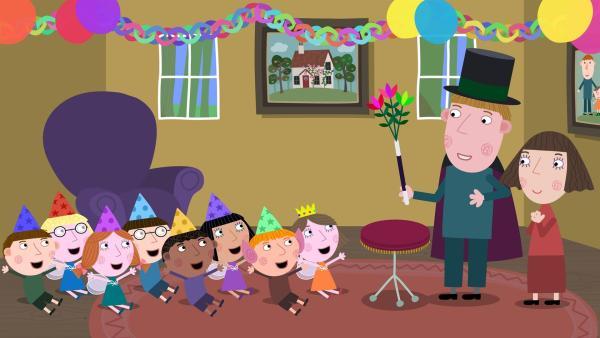 Zu Lucys Geburtstag führt ihr Vater (2. von re.) Zaubertricks vor. | Rechte: ZDF/Astley Baker Davies Ltd/Rubber Duck Entertainment