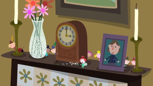 Als Lucys Vater beginnt Zaubertricks vorzuführen, kann Strawberry (Mitte) sich nicht zurückhalten: Sie hilft ein bisschen mit Feenzauber nach. | Rechte: ZDF/Astley Baker Davies Ltd/Rubber Duck Entertainment