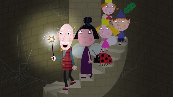 Opa Aurikel (links) führt Nanny Plum und den Rest über einen Geheimgang unter dem Schloss zum Mittelpunkt der Erde. | Rechte: ZDF/Astley Baker Davies Ltd/Rubber Duck Entertainment
