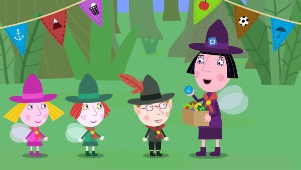 Die Pfadfinder-Kinder bekommen von Nanny Plum ein Abzeichen. | Rechte: ZDF/Astley Baker Davies Ltd/Rubber Duck Entertainment