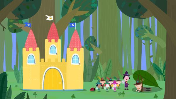 Mr. Elf demonstriert den Kindern und Nanny Plum, wie man sich in der freien Natur ein Schlafplatz schaffen kann. Nanny Plum bevorzugt zum Campen allerdings ihr aufblares Schloss. | Rechte: ZDF/Astley Baker Davies Ltd/Rubber Duck Entertainment