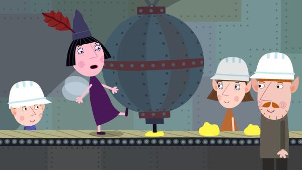Nanny Plum (2. von li.) muss in der Spielzeugfabrik die Arbeit vom alten weisen Elf übernehmen. | Rechte: ZDF/Astley Baker Davies Ltd/Rubber Duck Entertainment