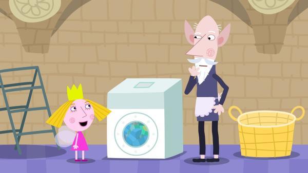 Der alte weise Elf (re.) hat mit Nanny Plum für einen Tag die Arbeit getauscht und muss nun Wäsche waschen. Gut, dass Holly (li.) ihm zur Seite steht. | Rechte: ZDF/Astley Baker Davies Ltd/Rubber Duck Entertainment