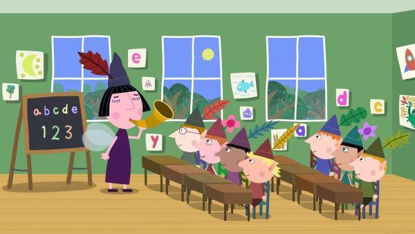 Nanny Plum (li.) hat mit dem alten weisen Elf die Arbeit getauscht und muss nun die Elfenkinder unterrichten. | Rechte: ZDF/Astley Baker Davies Ltd/Rubber Duck Entertainment