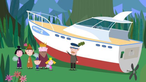 Mr. Elf zeigt König Aurikel, Nanny Plum, Mrs. Elf, Ben und Holly stolz sein neues Boot, das er eigenhändig gebaut hat. | Rechte: ZDF/Astley Baker Davies Ltd/Rubber Duck Entertainment