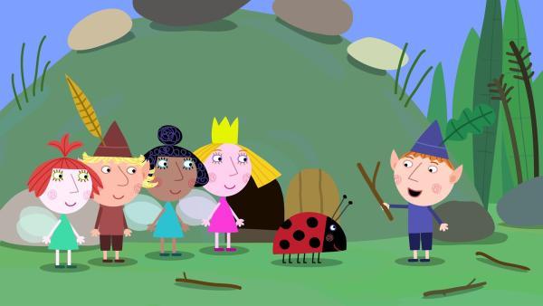 Die Elfen- und Feenkinder spielen mit Gaston, dem Marienkäfer. | Rechte: ZDF/Astley Baker Davies Ltd/Rubber Duck Entertainment