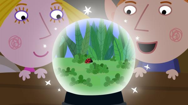 Dank der Kristallkugel von Nanny Plum wissen Ben und Holly nun ganz genau, wo Marienkäfer Gaston abgeblieben ist. | Rechte: ZDF/Astley Baker Davies Ltd/Rubber Duck Entertainment