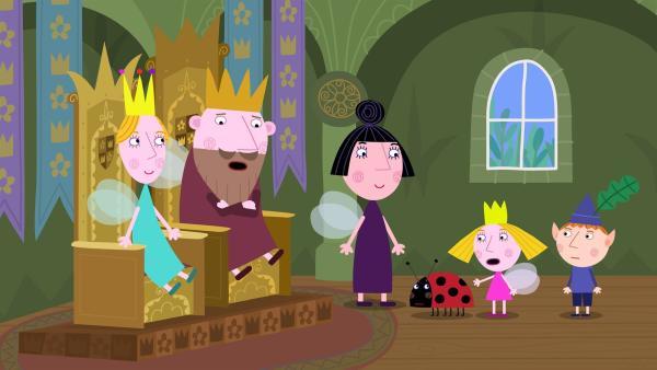 Ben und Holly erzählen Nanny Plum und König und Königin Aurikel, dass der arme Gaston noch nie seinen Geburtstag gefeiert hat.   Rechte: ZDF/Astley Baker Davies Ltd/Rubber Duck Entertainment