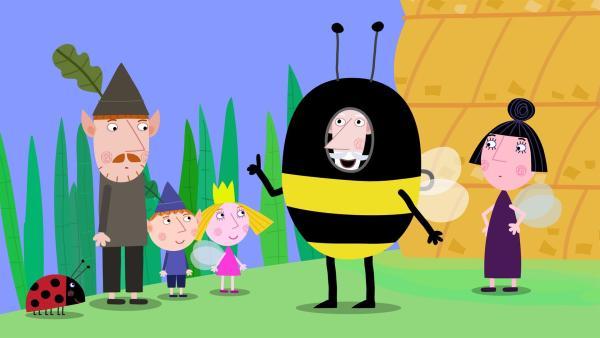 Damit er unversehrt an den Honig herankommt, hat sich der weise alte Elf als Biene verkleidet. | Rechte: ZDF/Astley Baker Davies Ltd/Rubber Duck Entertainment
