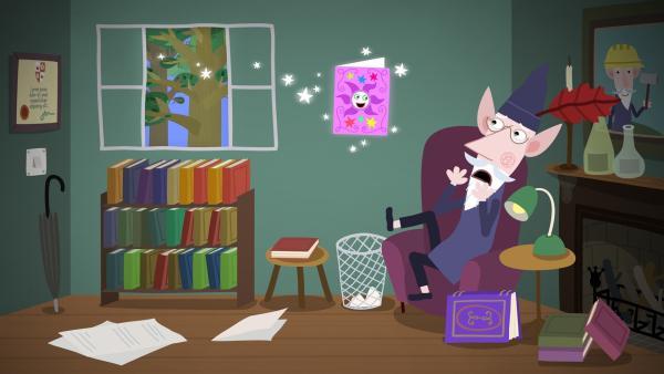 Auch der weise alte Elf bekommt von Oma Aurikel eine Zaubereinladung für ihre nächste Zauberparty.   Rechte: ZDF/Astley Baker Davies Ltd/Rubber Duck Entertainment