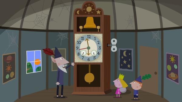 Der Weise Alte Elf zeigt Holly und Ben die größte und genaueste Uhr der Elfen.   Rechte: ZDF/Contender Entertainment