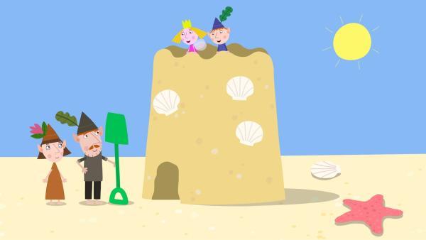 Ben und Holly genießen die Aussicht von der riesigen Sandburg. | Rechte: ZDF/Contender Entertainment