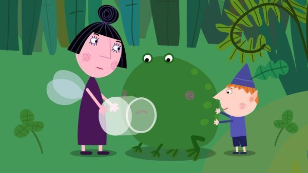 Nanny Plum (li.) braucht für die königliche Medizin einen Froschrülps. Ben tut sein Bestes, um ihr zu helfen. | Rechte: ZDF/Astley Baker Davies Ltd/Rubber Duck Entertainment