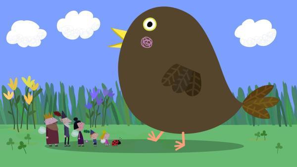 Mit etwas Zauberei hat Nanny Plum das Vogeljunge vergrößert, damit es seine Mutter suchen kann. | Rechte: ZDF/Astley Baker Davies Ltd/Rubber Duck Entertainment