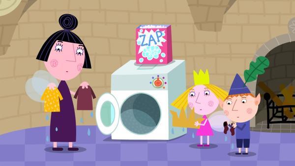 Nanny Plum, Holly und Ben müssen feststellen, dass die Kleider des Königs völlig eingelaufen sind. | Rechte: ZDF/Astley Baker Davies Ltd/Rubber Duck Entertainment