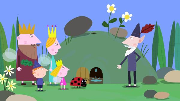 Gastons Höhle hat ein Loch und der weise alte Elf (re.) wird es reparieren. | Rechte: ZDF/Astley Baker Davies Ltd/Rubber Duck Entertainment