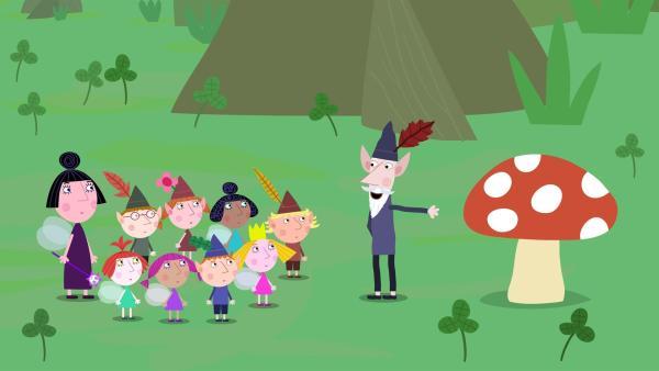 Der weise alte Elf erzählt den Kindern eine Geschichte über den Fliegenpilz. | Rechte: ZDF/Astley Baker Davies Ltd/Rubber Duck Entertainment