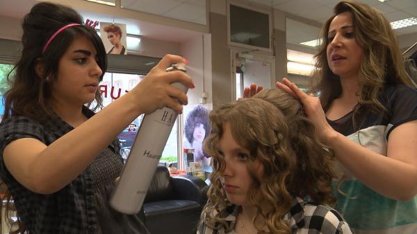 Bayan (li) liebt es, sich zu stylen. Ein Praktikum im arabischen Friseurladen ist ein guter Anfang für die Berufswahl. Millane (Mitte) ist ihr Modell. | Rechte: ZDF/IMAGO TV