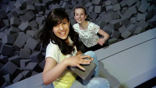 Rashad (li) und Malina (re) haben viel Spaß in der Trampolinhalle. | Rechte: ZDF/IMAGO TV