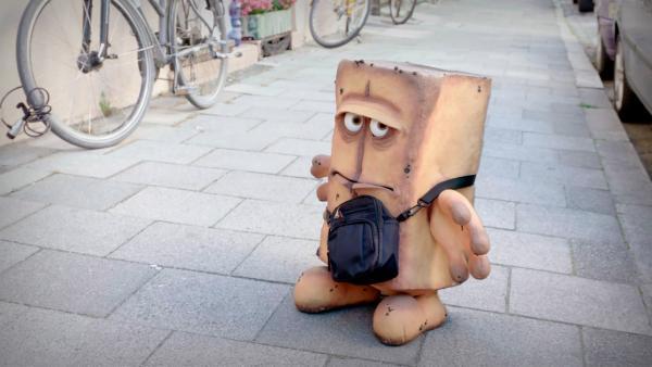 """Bernds ungeliebte Heimat, die Weißbox, hat einen neuen Auftrag für das Kastenbrot. Bernd das Brot soll singen und seine legendären Hits wie """"Tanzt das Brot"""" spielen. Die Weißbox setzt Bernd kurzerhand und sprichwörtlich vor die Tür.   Rechte: KiKA/bummfilm GmbH"""